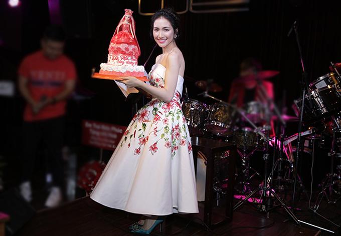 Hòa Minzy khoe món quà là bánh kem có hình công chúa hoa dâm bụt Đức Phúc tặng cô. Sắp tới Gia đình hoa dâm bụt gồm Đức Phúc, Hòa Minzy và Erik có dịp hội ngộ trong chương trình Bữa trưa vui vẻ. Bộ ba tiết lộ sắp ra mắt một sản phẩm âm nhạc chung.