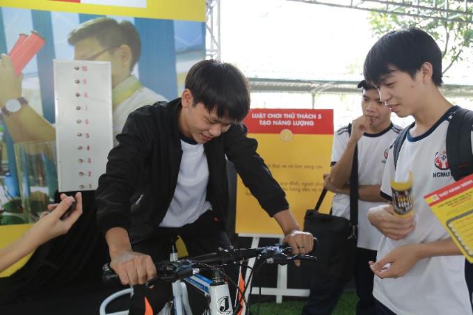 Các sinh viên trường kỹ thuật được thách thức đua xe đạp tạo năng lượng với thông điệp tìm kiếm nguồn năng lượng thay thế.