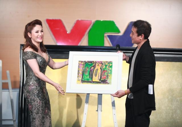 Tại sự kiện, nữ doanh nhân xinh đẹpđã đấu giá thành công ba bức tranh, góp quỹ ủng hộ cho đồng bào Yên Bái bị thiệt hại trong trận lũ năm 2017.