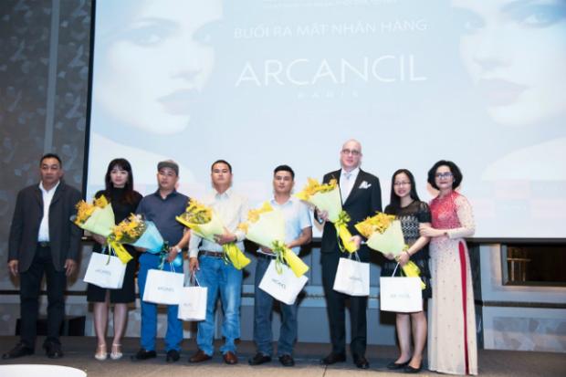 Ngày 13/1, Công ty XNK và phân phối Ovan tổ chức lễ ra mắt dòng mỹ phẩm, trang điểm cao cấp Arcancil đến từ Pháp, đánh dấu sự có mặt của thương hiệu mỹ phẩm có trên 80 năm tuổi tại thị trường Việt Nam.Sự kiện có sự góp mặt của bà Lê Thị Kim Oanh - Tổng Giám đốc Công ty TNHH Xuất nhập khẩu Ovan - đại diện thương hiệu Arcancil tại Việt Nam; ông Michel Bùi - Giám đốc phát triển thị trường; bà Alice Delleur - Giám đốc phát triển thị trường Quốc tế - Đđại diện hãng mỹ phẩmArcancil; bà Nguyễn Thu Hằng - Giám đốc Công ty Việt Mỹ Top Beauty - đối tác Phát triển kinh doanh và đại diện cho Nhà tại trợ Medilas Clinic, Ngọc trại MD Story, Thời trang Dạ hội Nhật Phượng, trường dạy trang điểm Ti Nguyện cùng đông đảo các nhà phân phối, đối tác, doanh nhân, bạn trẻ yêu thích mỹ phẩm và làm đẹp.