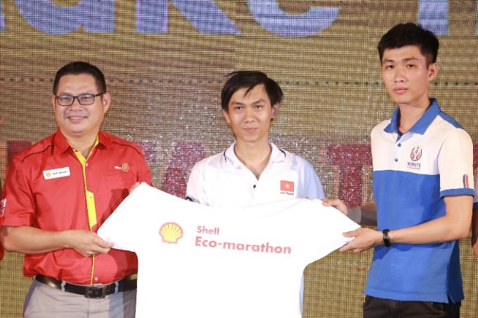 Các bạn đại diện đoàn Việt Nam đã có cơ hội thuyết trình về chiếc xe sẽ dự thi năm 2018 của mình. Đồng thời nhận biểu tượng Shell Eco-marathon từ ông Huỳnh Thống Nhất - Giám đốc Kinh doanh toàn quốc, Shell Việt Nam.