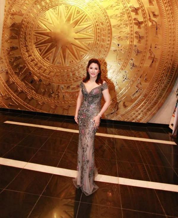 Hoa hậu Xuân Hương vừa tham dự chương trình Đón Tết cùng VTV 2018, vào tối 25/1. Người đẹp diện c hiếc váy dạ hội ôm sát, xẻ cổ quyến rũ và trang điểm theo style tự nhiên.