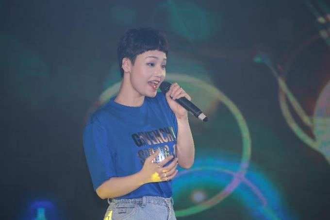 Nữ ca sĩ Miu Lê xuất hiện trên sân khấu với vẻ ngoài cá tính.