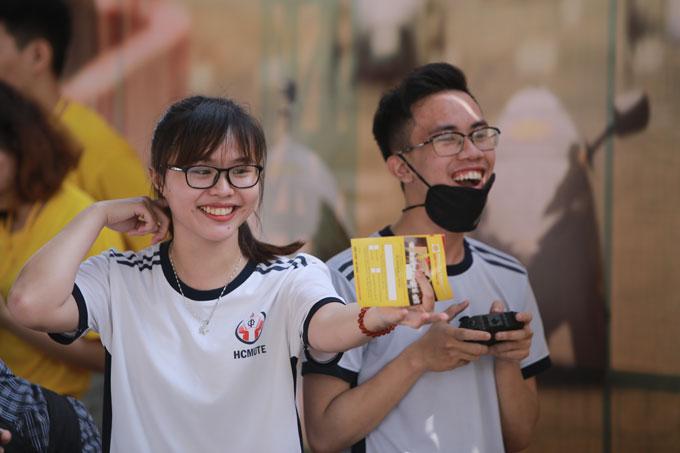 Các bạn trẻ hào hứng nhập vai đội đua Shell Eco-marathon tại sự kiện.
