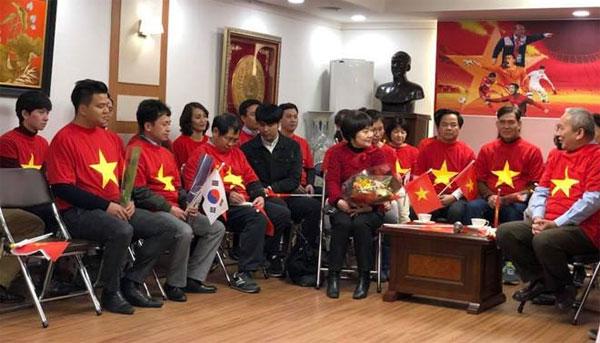 Vợ HLV Park Hang Seo cảm ơn CĐV Việt Nam