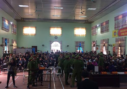 Hàng trăm người dân địa phương đến trụ sở UBND huyện xem phiên xử. Ảnh: CTV.