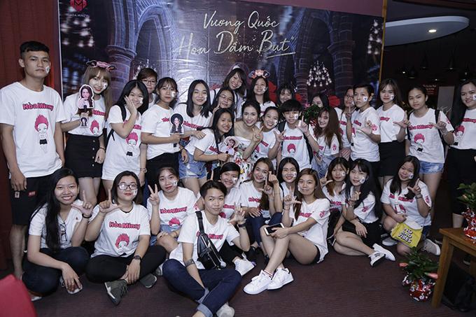Hòa Minzy chụp ảnh cùng các fan dự minishow Vương quốc hoa dâm bụt của cô.