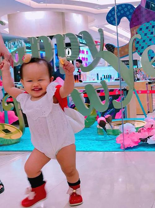 Bé Bồ Câu nhà Phan Như Thảo càng lớn càng giống bố. Cô bé tự tin nhún nhảy ở chỗ đông người.