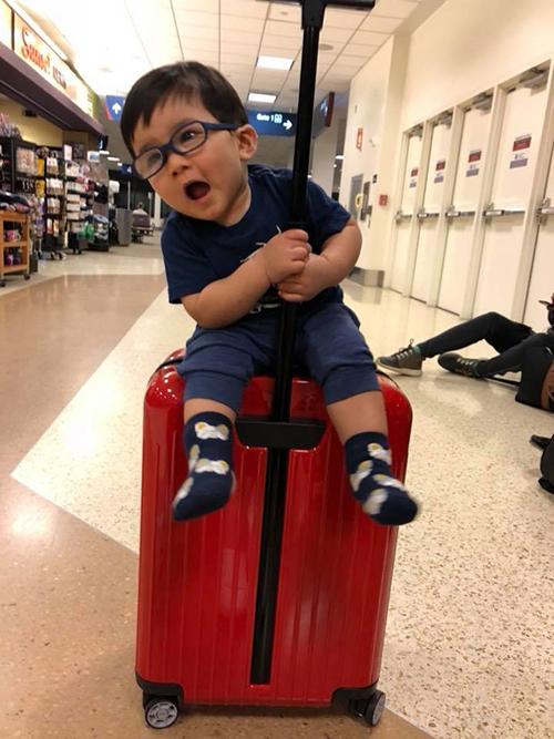 Thiên Từ nhà Đan Trường cùng gia đình đi nghỉ. Đây là chuyến bay thứ 4 của cậu bé, quý tử nhà Đan Trường dường như đã quen với việc di chuyển xa.