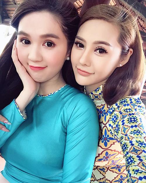 Ngọc Trinh và Linh Chi xúng xính diện áo dài bông trong bộ ảnh Tết.