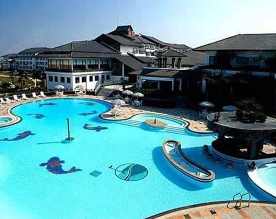 Hồ bơi rộng lớn nằm trong khu biệt thự Thuận Nghĩa, Bắc Kinh của mỹ nhân.
