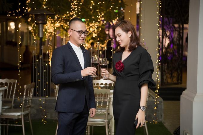 Từ khi lập gia đình, Ngọc Thạch rút khỏi showbiz để toàn tâm toàn ý vun vén cho tổ ấm. Cô cũng lấn sân lĩnh vực kinh doanh khilàm bà chủ của một học việntóc ở Hà Nội. Hôm qua (25/1), cựu siêu mẫu cùng ông xã đã tổ chức bữa tiệc cuối năm dành cho các khách hàng thân thiết.