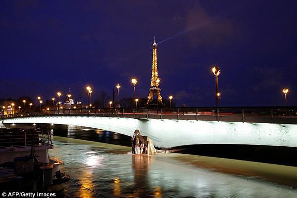 Mùa đông năm nay, nước Pháp Mực nước sông Seine, thủ đô Paris, những ngày gần đây liên tục dâng cao do mưa lớn gấp hai lần bình thường đang đổ xuống nước Pháp, gây ra hiện tượng ngập lụt. Đến tối 25/, mực nước sông Seine đo tại chân cầu Austerlitz đạt 5,5 m.