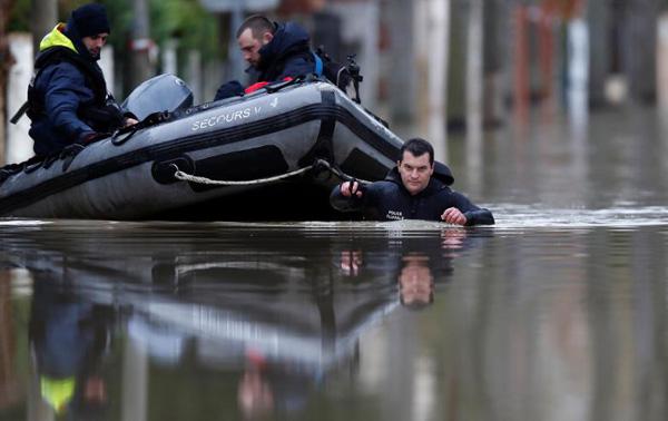 Cácthợ lặn của sở cảnh sát thành phố Paris phải dùng xuồng đề di chuyển.