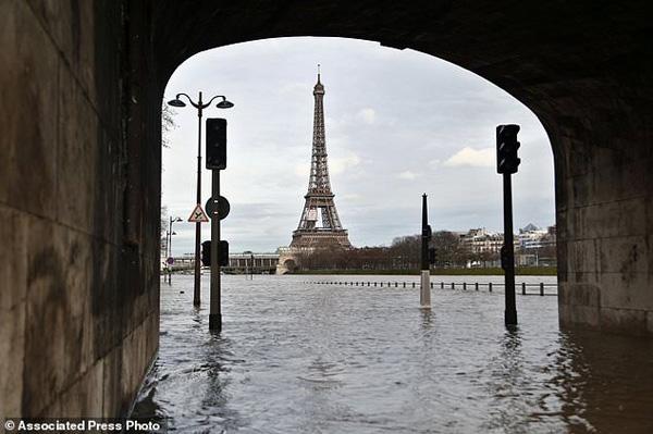 Cảnh sát cho hay 395 người đã được sơ tán khỏi nhà họ dọc hai bên bờ sông Seine ở khu vực thủ đô Paris.