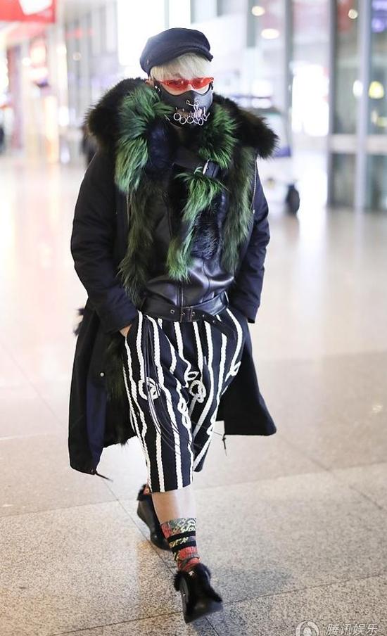 Trần Chí Bằng xuất hiện tại sân bay ở Đài Loan hôm 25/1, anh tiếp tục thu hút sự chú ý của mọi người bởi bộ trang phục họa tiết màu mè vàgắn đầy lông lá. Thời tiết Đài Loan những ngày này rất lạnh giá, tuyết rơi đầy nhưng ngôi sao Hoàn Châu Cách không vì thế mà ngại lộ da thịt.