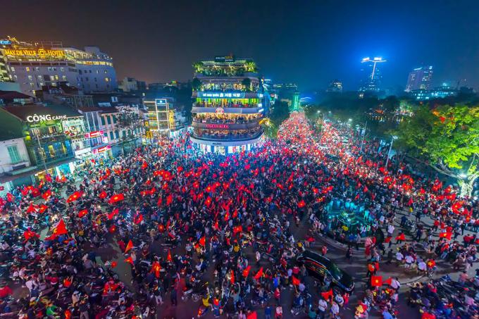 Khung cảnh ăn mừng chiến thắng của đội U23 sau trận bán kết tại quảng trường Đông Kinh Nghĩa Thục. Ảnh:ThePrabster