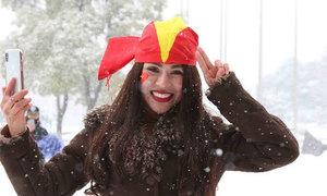CĐV Việt bất chấp tuyết lạnh đến sân cổ vũ U23