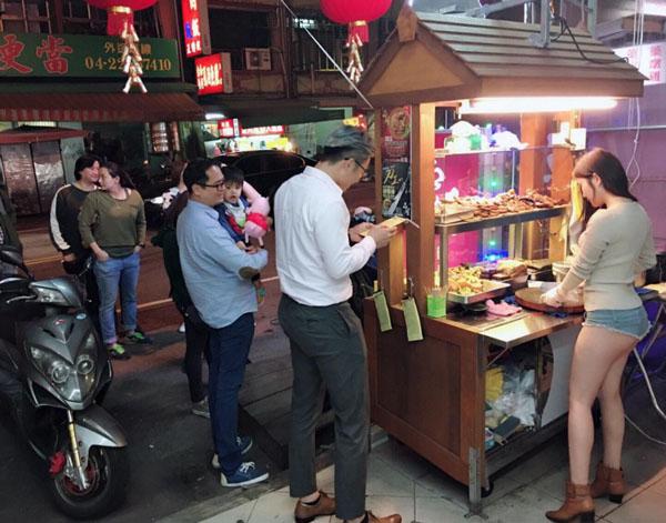 Doanh số bán hàng chỉ trong một đêm tăng gấp 4 lần so với ngày thường. Ảnh: Shanghaiist