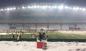 Người hâm mộ bức xúc vì cầu thủ đá trên sân trắng tuyết