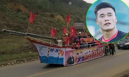 Người dân chế 'du thuyền' vượt 50 km sang thăm nhà thủ môn Tiến Dũng