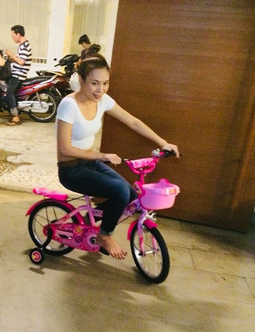 Mỹ Tâm thích thú đạp xe như con nít để ăn mừng thành công tọt vào bảng xếp hạng hàng đầu thế giới.