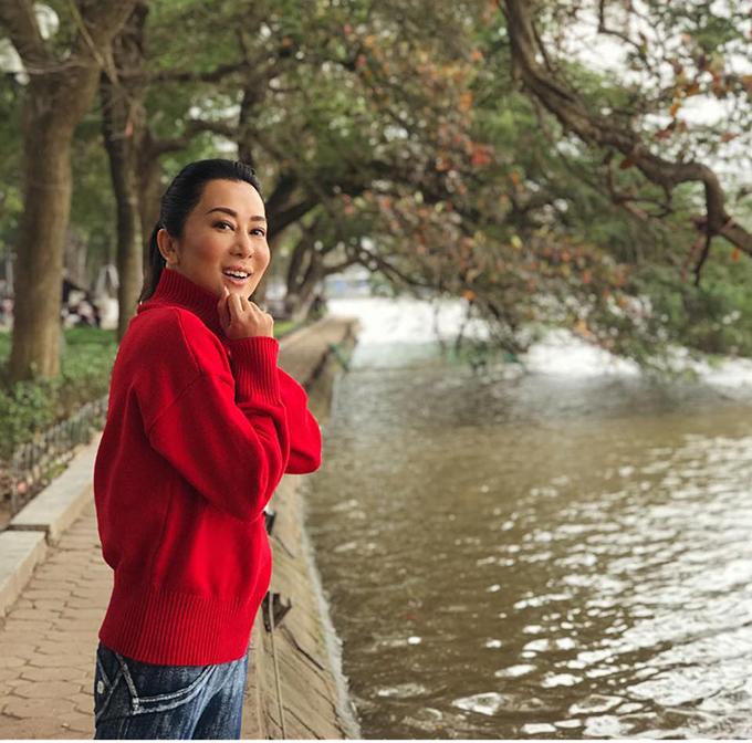 MC Kỳ Duyên có dịp quay trở lại Hà Nội sau thời gian vắng bóng. Cô thích thú vì mua được chiếc áo len màu đỏ cùng hình ảnh chú mèo may mắn.