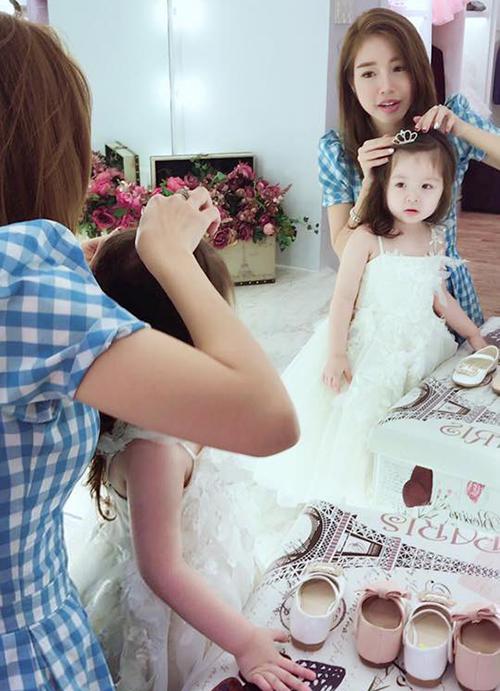 Elly Trần ân cần chăm sóc con gái nhưng không quên than thở: Sao nhìn nó như hoàng hậu, còn em thì như nô tì vậy các cô bác.