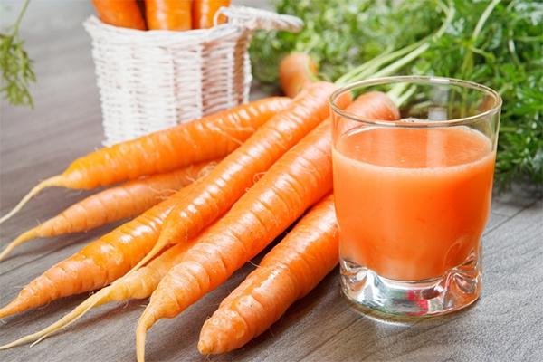 Cà rốt chứa rất nhiều chất chống oxy hoá, giúp tăng cường sức khoẻ và hệ miễn dịch, giảm nguy cơ gây ung thư da.