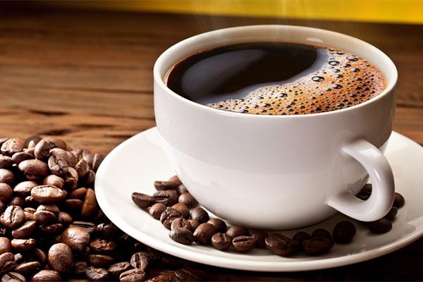 Một nghiên cứu tại Mỹ đã chỉ ra rằng những người có thói quen uống cà phê thường xuyên có nguy cơ mắc bệnh ung thư da thấp hơn. Caffeine trong cà phê có thể tiêu diệt các tế bào bị phá hủy bởi tia cực tím, nhưng không làm hại những tế bào khỏe mạnh.