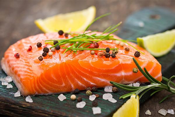 Cá hồi giàu vitamin Dgiúp ngăn ngừa sự phát triển của các mạch máu nuôi khối u, đồng thời ngăn chặn sự gia tăng của tế bào ung thư và tiền ung thư.