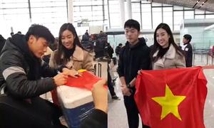 Bùi Tiến Dũng ngượng nghịu khi Hoa hậu Mỹ Linh xin chữ ký