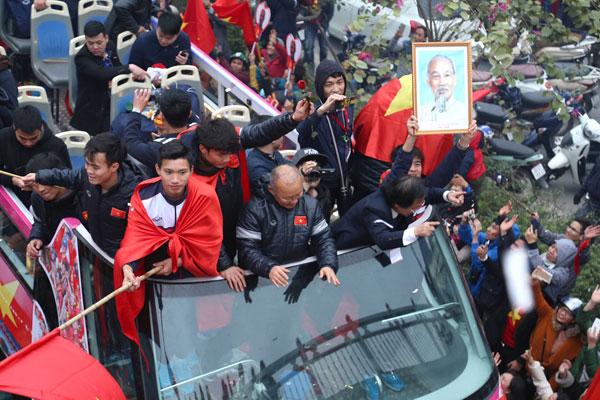 Thầy trò HLV Park Hang-seo diễu hành ở Hà Nội ngày 28/1. Ảnh: Giang Huy.