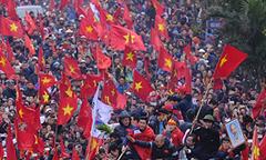 'Rừng' cờ vẫy chào thầy trò HLV Park Hang Seo