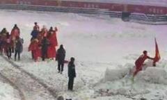 Duy Mạnh cắm quốc kỳ lên tuyết và cúi chào gây xúc động cộng đồng