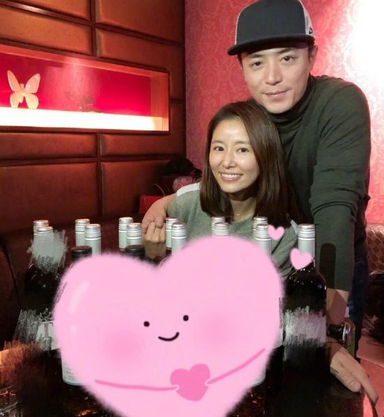 Ngày 27/1 là sinh nhật của Lâm Tâm Như, diễn viên Đài Loan được ông xã và bạn bè chuẩn bị cho một bữa tiệc rất vui vẻ. Trên Weibo, Lâm Tâm Như khoe ảnh hai vợ chồng nắm tay nhau, Lâm Tâm Như cười rạng rỡ vì hạnh phúc.