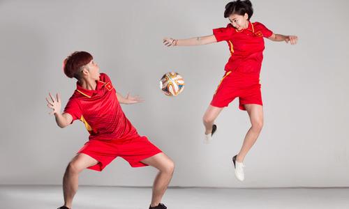 Hưởng ứng U23 Việt Nam, Ngô Thanh Vân và Jun Phạm trổ tài tâng bóng