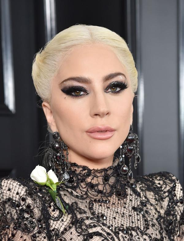 Lady Gaga nổi bật nhất trên thảm đỏ Grammy năm nay với đôi mắt khói đen đậm,