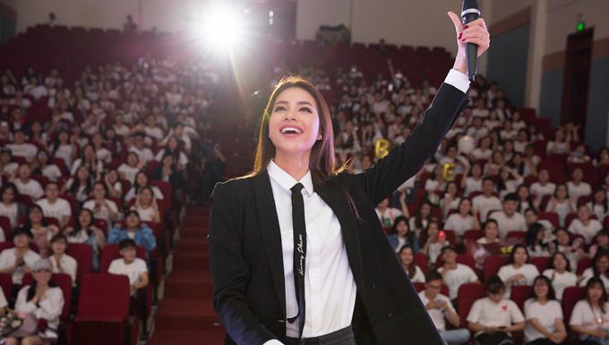 Chiều 28/1, Phạm Hương tổ chức buổi gặp gỡ người hâm mộ tại TP HCM. Hàng trăm bạn trẻ tham dự sự kiện này, trong đó có những người đến từ các tỉnh thành khác.