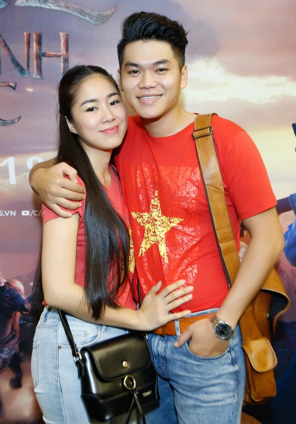 Vợ chồng Lê Phương tình tứ dự ra mắt phim Bilal - Chiến binh sa mạc. Cặp đôi mặc áo đỏ sao vàng, mừng U23 Việt Nam vừa giành ngôi á quân trong giải đấu bóng đá cấp châu lục.