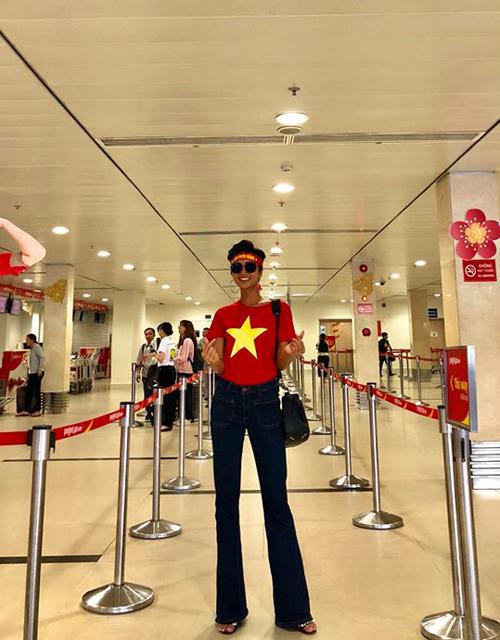 Hoa hậu HHen Niê cũng chọn áo in quốc kỳ khi lên đường sang Trung Quốc cổ vũ cho tuyển U23 Việt Nam.