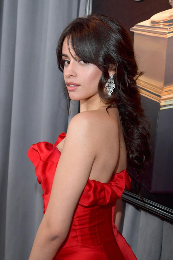 Camila Cabello thanh lịch với mái tóc dài buộc nửa uốn xoăn đuôi nhẹ nhàng,