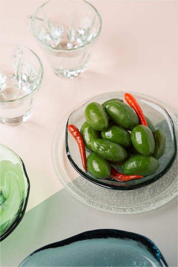 Đặc biệt, vị chua vừa quyện với sự chan chát trong trái ô liu xanh giúp tăng cảm nhận về vị giác, thường được dùng ăn khai vị cùng salad, ăn kèm các loại thịt để chống ngấy&