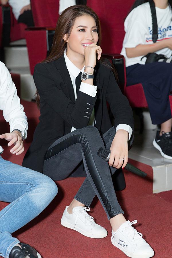 Phạm Hương hạnh phúc cười khi chứng kiến tình cảm khán giả dành cho mình.