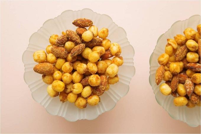 Bên cạnh đó, hạt sen truyền thống cũng được làm mới với phômai cay, hạt điều được phủ bởi lớp trà xanh có vị thanh nhẫn và cay nồng của mù tạt.