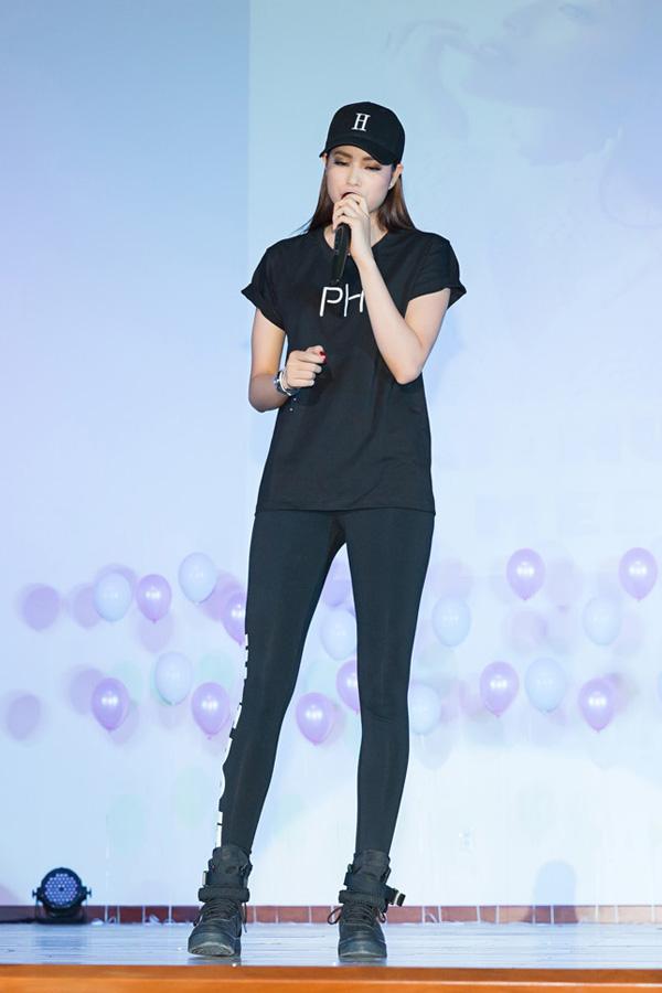 Trong buổi offline, Phạm Hương đã hát tặng fan bài hát Tiếng thạch sùng. Hoa hậu có giọng ca ngọt ngào, truyền cảm.