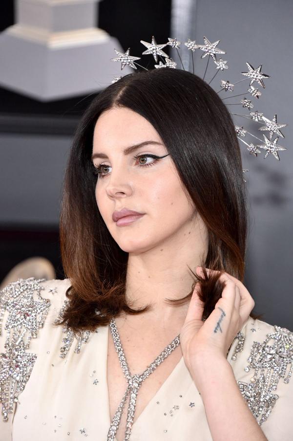 Lana Del Rey chọn style trang điểm đơn giản nhưng rất sang trọng. Cô dùng
