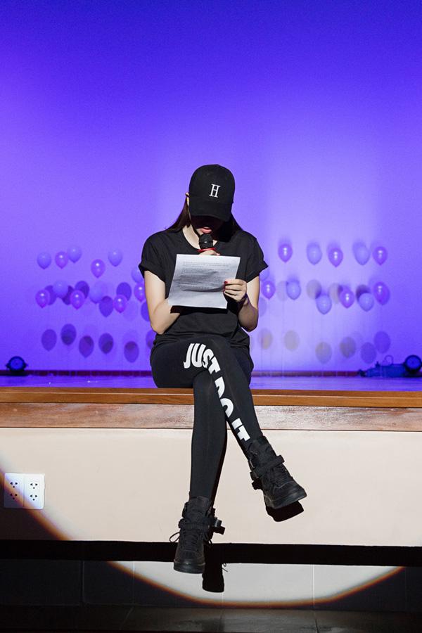 Điểm nhấn củachương trình là phần đọc thư mà người hâm mộ gửi đến Phạm Hương.