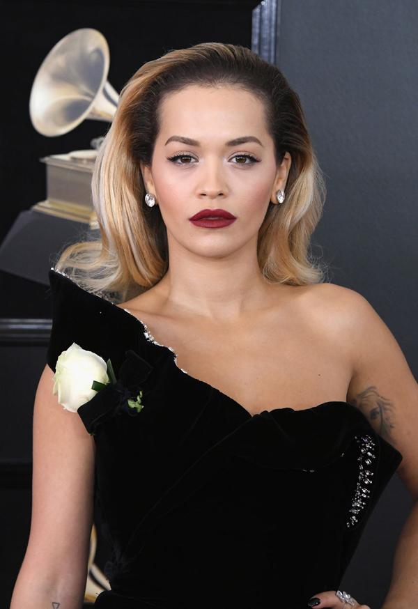 Rita Ora chọn style làm đẹp kiểu Hollywood cổ điển với