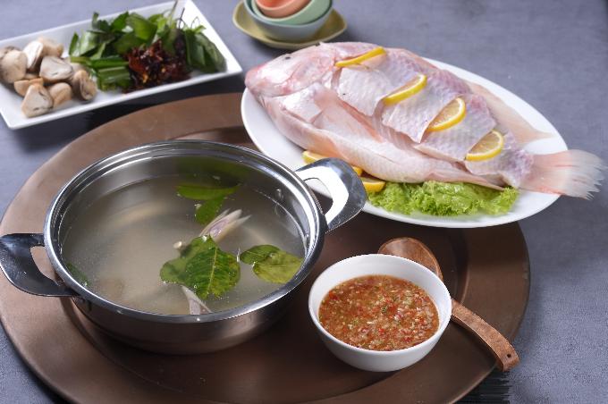 Thực khách có thể thưởng thức món lẩu cá nghịch nước từ xứ Viêng Chăn ngay giữa lòng Hà Nội.